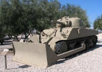 Sherman M4 con howitzer 105 mm e pala apripista